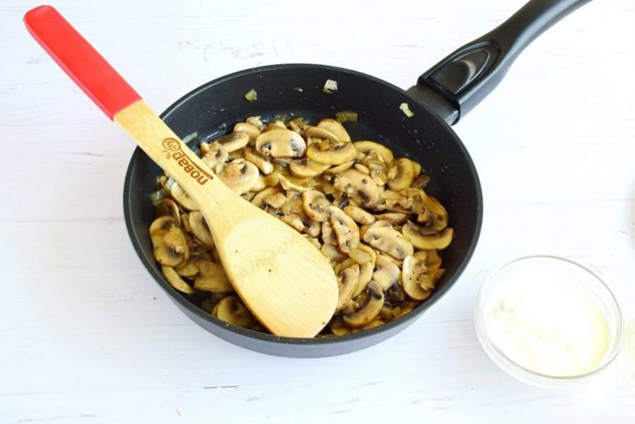 Измельченный лук пассеруйте на разогретом оливковом масле до прозрачности. Добавьте шампиньоны, нарезанные ломтиками, соль, перец и мускатный орех. Обжарьте грибы до румяной корочки.
