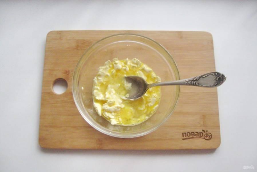 Перемешайте масло с яйцом. Однородности добиваться не надо. Влейте холодную воду.
