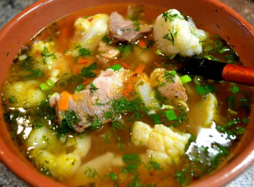 Как зажарка приготовится, кладем ее в суп. Солим, перчим по вкусу. Варим суп на небольшом огне еще 15 минут. Когда все овощи сварятся и суп приобретет нужный цвет, запах и вкус, выключаем конфорку. Такой супчик, в отличие от обычных щей, лучше есть сразу, потому как он на цветной капусте. Кушаем со сметаной. Обязательно подайте зелень! Приятного аппетита!