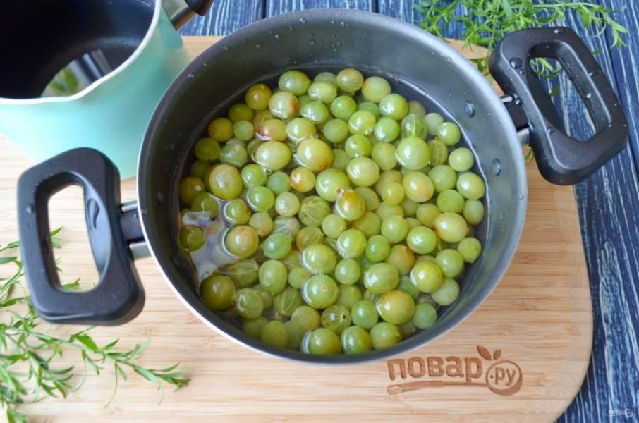 Поместите ягоды в кастрюлю. В отдельной таре сварите сладкий сахарный сироп. Его нужно просто довести до кипения, чтобы полностью растворился сахар. Кипящим сиропом залейте ягоды, накройте крышкой и оставьте на пару часиков.