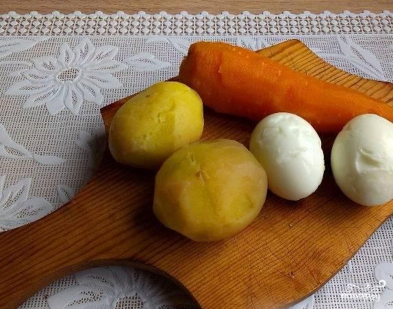"""1. Перед тем как приготовить """"Мимозу"""" с картошкой, помойте все овощи и сварите в подсоленной воде. Затем обдайте холодной водой и очистите морковку, картошку и сваренные вкрутую яйца. Хорошо остудите."""