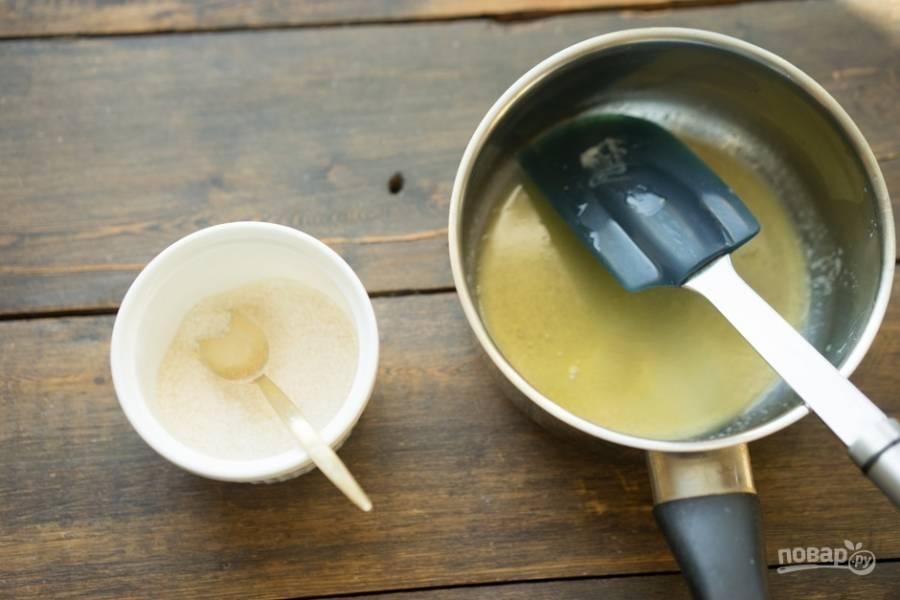 В другой посуде соедините пектин с сахаром.