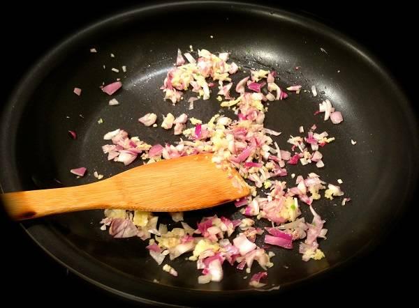 1. Сперва нужно заняться начинкой. На сковороде разогреть немного оливкового масла и отправить туда нарезанный лук. Обжарить до мягкости.