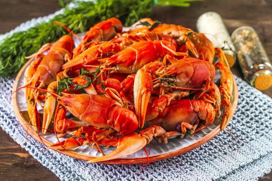 Подайте вареных раков с укропом к столу теплыми. Приятного аппетита!