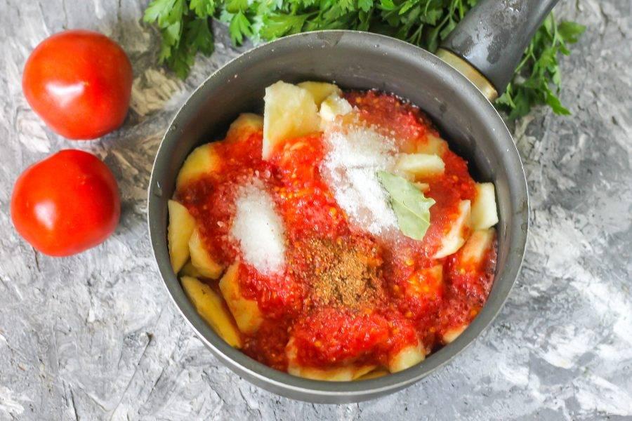 Вылейте томатную мякоть с соком в емкость, сразу же добавьте соль, сахарный песок и другие специи.
