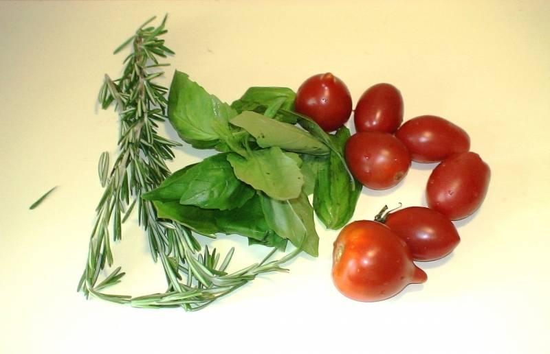 Промойте зелень, помидоры. Зелень мелко порежьте.