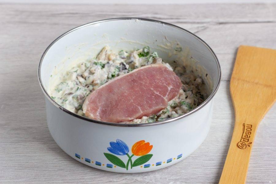 Отбивные обваляйте в кляре с двух сторон и выложите на сковороду с разогретым растительным маслом. Когда выложите отбивную на сковороду, немного кляра сверху можно добавить ложкой. Обжарьте на среднем огне с двух сторон, чтобы тесто и мясо прожарились до готовности.