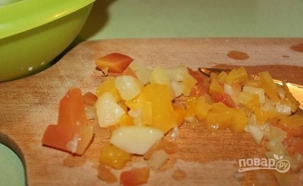 2.Измельчите консервированные ананасы (можно свежие).