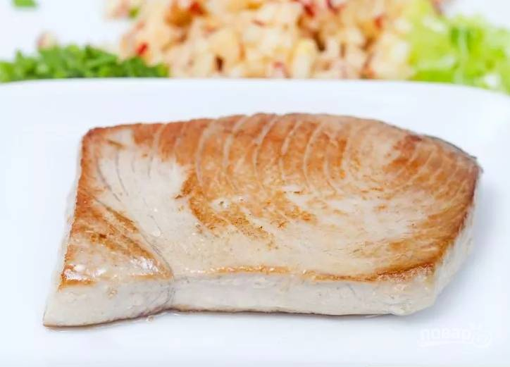 2.Горячий тунец перекладываю на тарелку, чтобы он остывал.