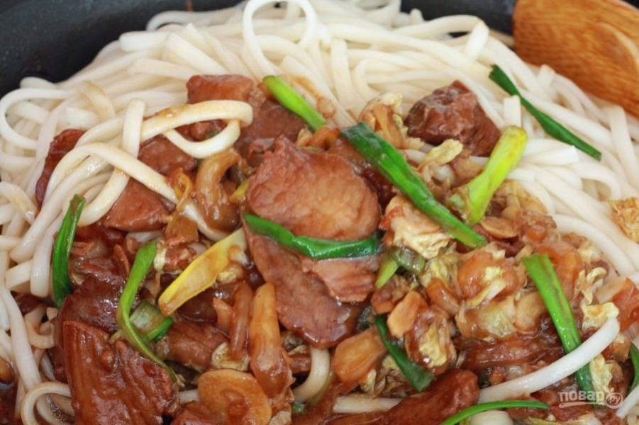 В отдельной кастрюле сварите китайскую лапшу в воде, в которую добавьте оставшуюся часть маринада. Сваренную лапшу отправьте в сковородку с овощами и мясом и перемешайте.