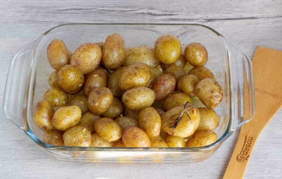 Поставьте картошку запекаться на 40 минут в разогретую до 180 градусов духовку. Во время приготовления перемешайте картофель лопаткой 2-3 раза.