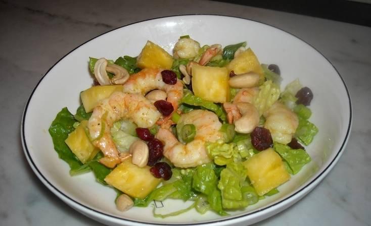 Добавляем в салатницу порезанные кубиками ананасы и жареные креветки. Вливаем заправку и перемешиваем. Ставим салат на 10 минут в холодильник, затем подаем на стол. Приятного аппетита!