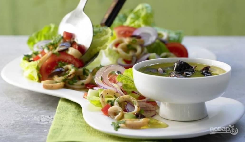 В салат добавьте немного тёплых кальмаров. Заправьте блюдо солью и перцем. Влейте оливки в уксусе или подавайте их отдельно. Приятного аппетита!