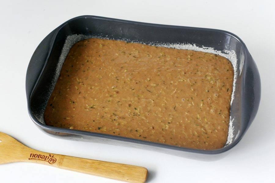 Перелейте тесто в смазанную маслом форму для запекания. Дно и бока предварительно обсыпьте мукой или манкой. Готовьте пирог в духовке при температуре 170 градусов около 30-40 минут. Готовность проверяйте деревянной шпажкой.