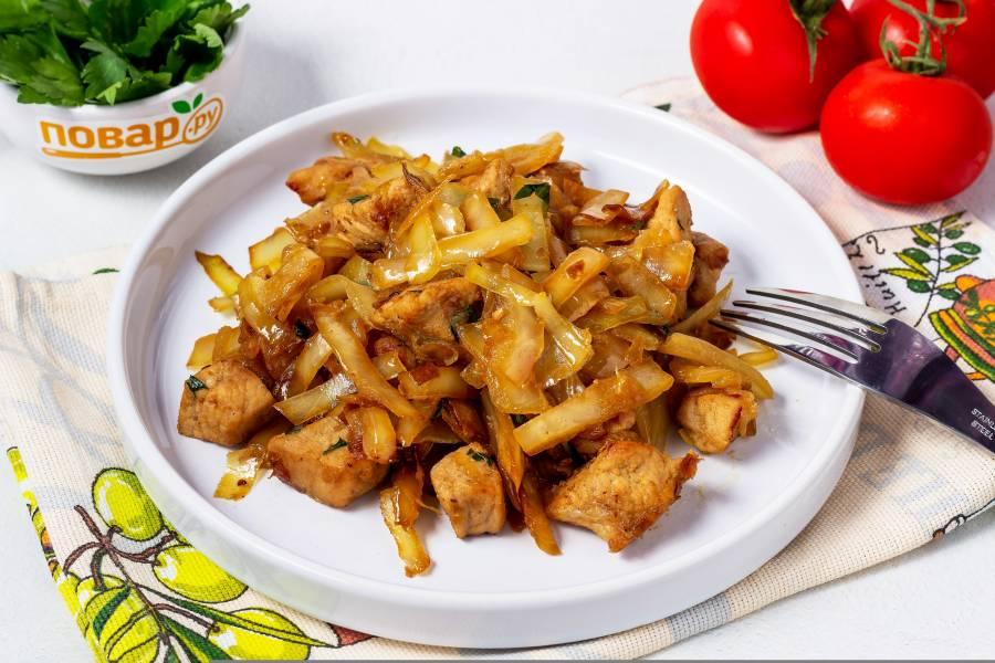 Капуста жареная с мясом на сковороде