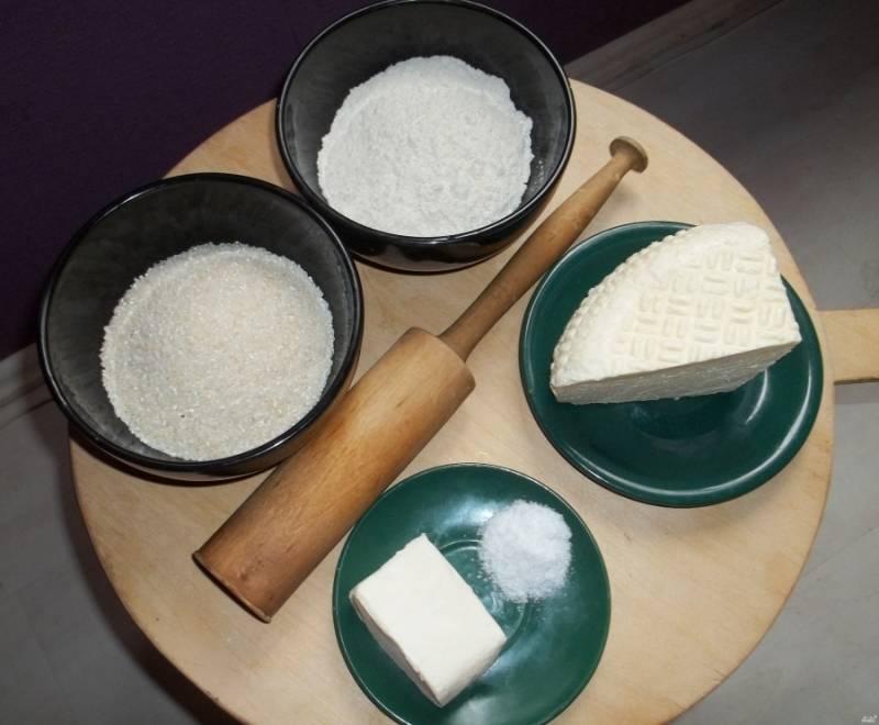 Подготовьте ингредиенты. Еще нам понадобится толкушка, чтобы вымешивать кукурузу.