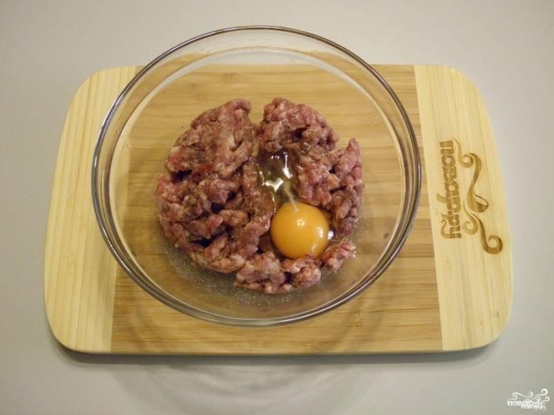 Фарш посолите, добавьте сырое яйцо. Перемешайте. Если фарш получился слишком влажным, то добавьте столовую ложку кукурузной муки.