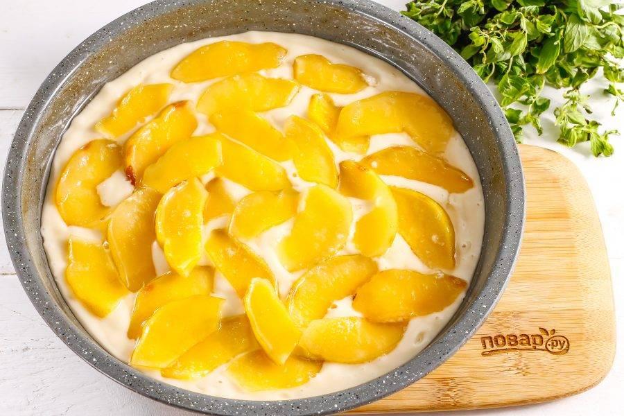 Выложите на тесто ломтики карамелизированной айвы, стряхивая с них сироп. Поместите заготовку в духовку на 30-35 минут.