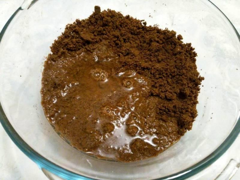 Небольшими порциями влейте воду в получившуюся крошку, замешивая тесто при помощи ложки или лопатки.
