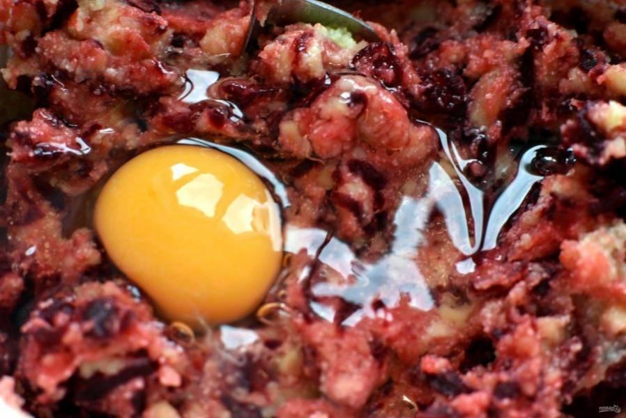Добавьте в пюре натертую свеклу и раскрошенную брынзу. Рекомендую брать именно сербскую брынзу, она мягкая и не слишком соленая.  Можно заменить брынзу фетой. Вбейте яйцо и хорошо перемешайте.