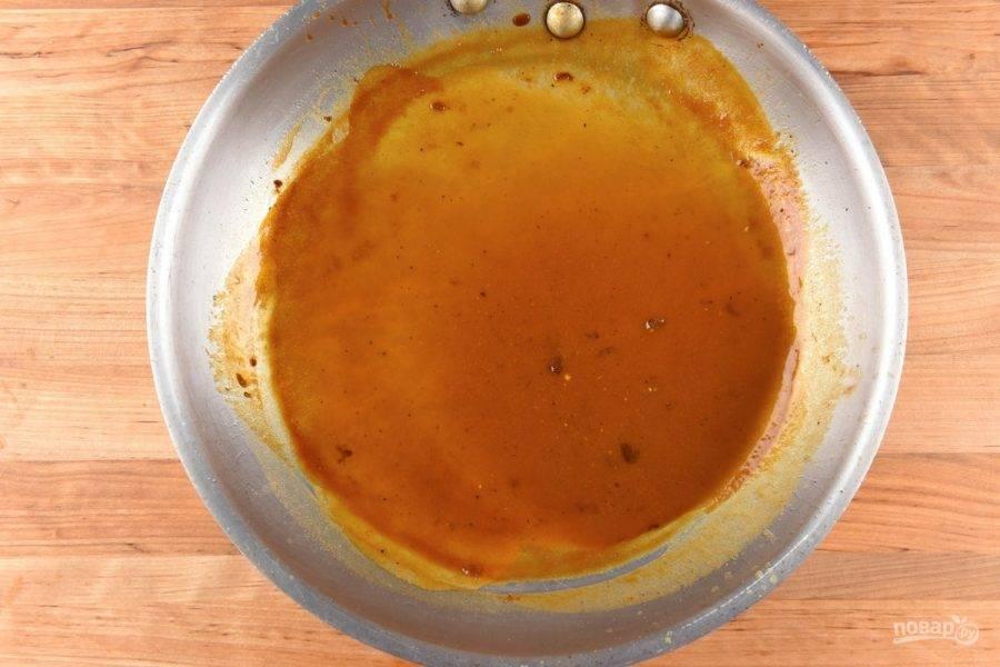 """5. Пока сделайте соус. Оставшийся мёд с горчицей смешайте с водой и """"Демиглас""""."""