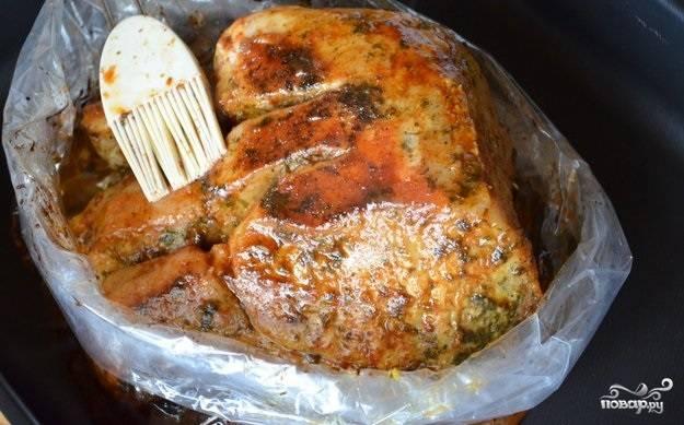 5.Для глазури смешиваем в миске лимонный сок, 1 столовую ложку оливкового масла, мед и паприку, через 60 минут достаем мясо и развязываем пакет, аккуратно кисточкой покрываем глазурью мясо и отправляем его в духовку на 15 минут, не закрывая пакет, после чего достаем и опять обмазываем, возвращаем обратно. Всего делаем 3 подхода.
