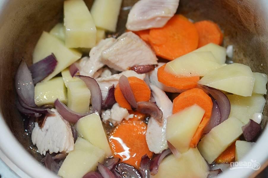 Добавьте остальные овощи. Посолите, поперчите.