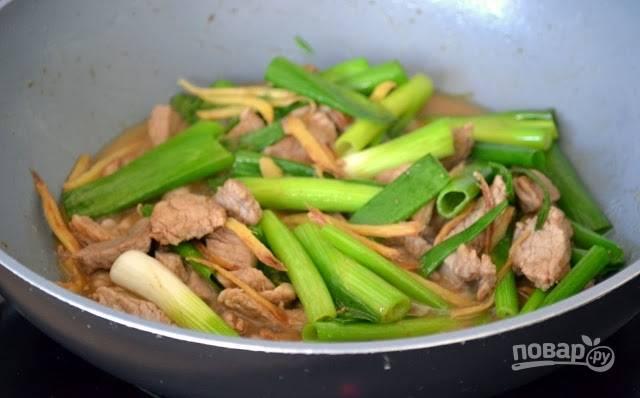 5. Через минуту мясо с имбирем и зеленым луком можно подавать к столу. Приятного аппетита!
