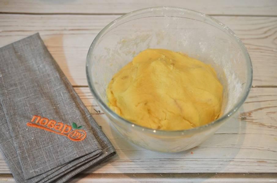 7. Добавьте муку с разрыхлителем и замесите тесто.