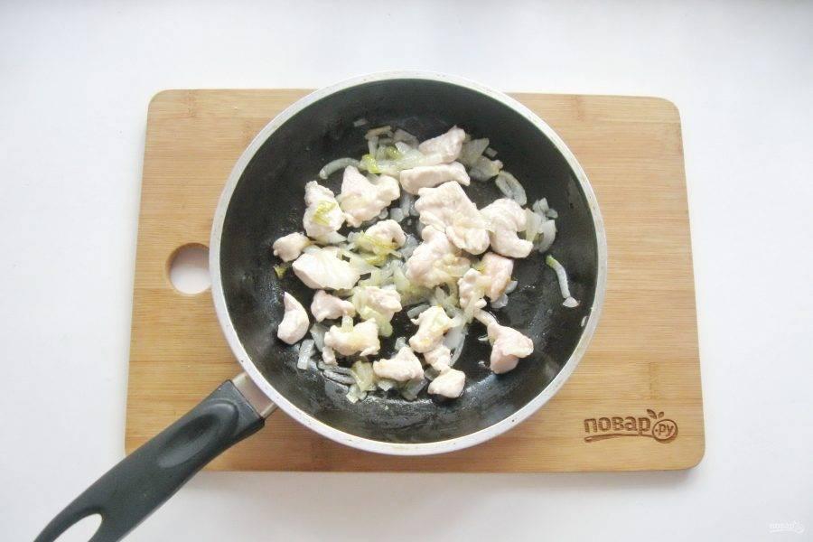 Обжарьте филе с луком в течение 7-8 минут перемешивая. Посолите по вкусу.
