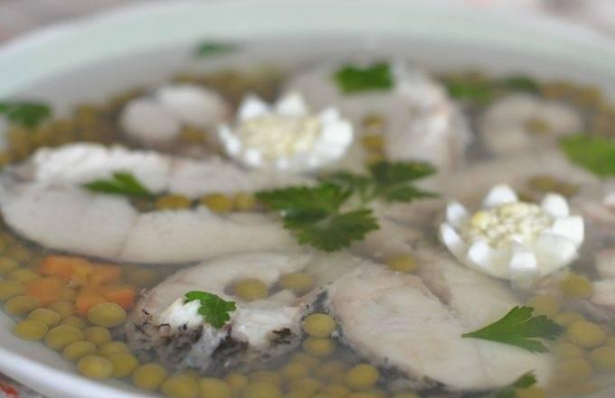 Рыбу кладем в глубокое блюдо, добавляем компоненты для украшения и заливаем отваром. Ставим в холодной место и даем полностью застыть. Приятного аппетита!