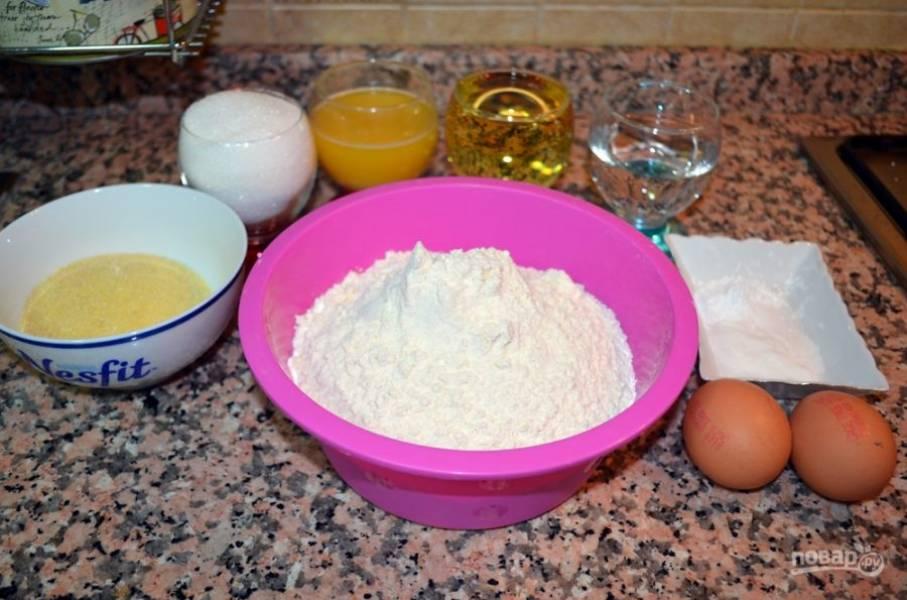 1.Подготовьте все ингредиенты. В большую миску просейте муку, к ней добавьте манку, разрыхлитель. В другой миске смешайте яйца, растопленное сливочное масло, растительное масло, 0,5 стакана воды, 1 стакан сахара и экстракт ванили. Замесите мягкое тесто.