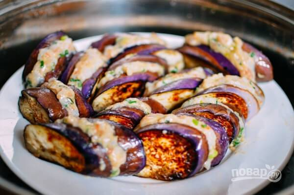 7. Вот такие аппетитные баклажаны с начинкой по-азиатски. Полейте соевым соусом, присыпьте зеленью и подавайте к столу.
