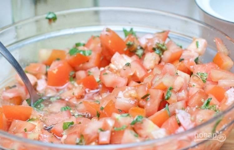 4.Влейте в миску к томатам белое вино и перемешайте.