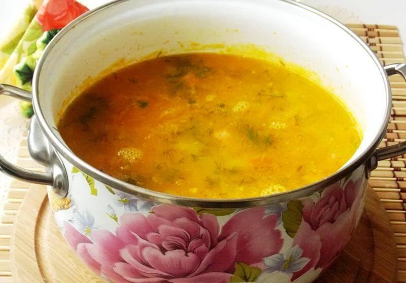 В конце добавьте соль, перец и кусочки ветчины. Проварите еще пару минут, добавьте зелень и маслины и оставьте с огня. Суп готов.