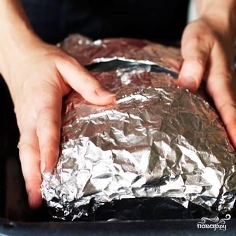 Плотно заворачиваем пирог фольгой. Запекаем 50 минут при 160-170 градусах.