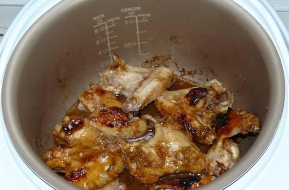 Минут за 20 до окончания режима выливаем в чашу оставшийся маринад и продолжаем готовить курицу в нем.