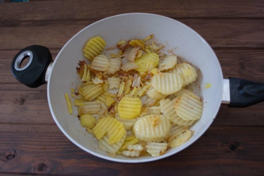 На другой сковороде обжариваем картофель отдельно (просто на масле).