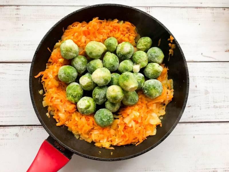 К овощам добавьте брюссельскую капусту.