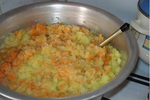 1. Морковь, лук и кабачки чистим, тщательно моем и измельчаем в блендере. Можно также натереть их на мелкой терке или перекрутить в мясорубке. Ставим на плиту на маленький огонь.