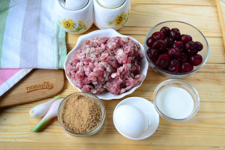 Подготовьте все необходимые ингредиенты. Я использую уже готовый фарш, но можно приготовить его и самостоятельно. Использовать можно абсолютно любой фарш: говяжий, свино-говяжий, куриный.
