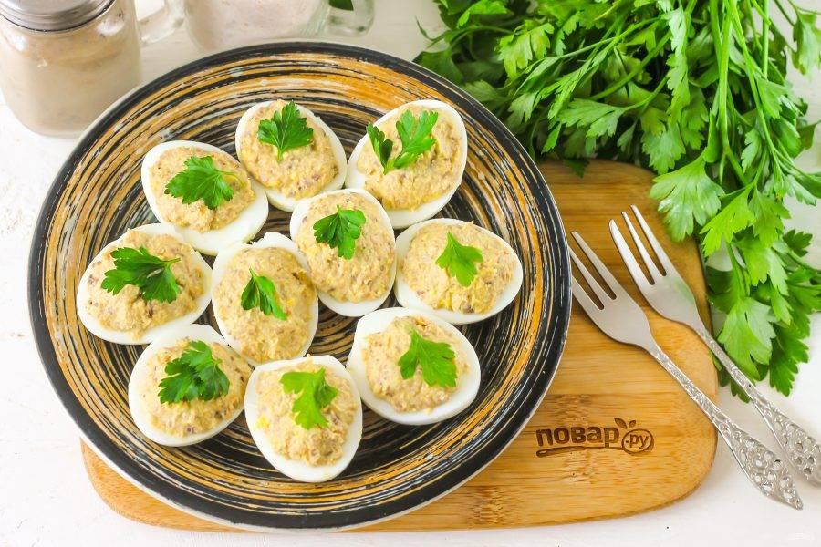 Украсьте листочками петрушки, охладите в холодильнике примерно 20-30 минут и подайте к столу.