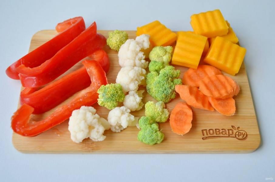 2. Капусту брокколи и цветную разберите на соцветия. Перец нарежьте широкой соломкой.  Морковь - кружочками, тыкву - кусочками. Фасоль можно оставить целой, она быстро готовится.