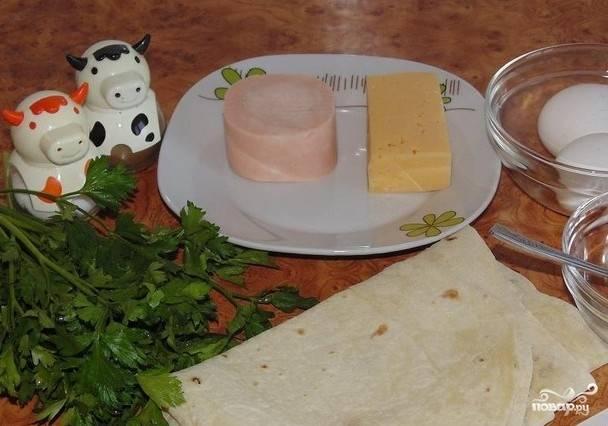 1. Традиционно рулетики из лаваша жареные готовятся в яичной заливке с большим количеством сливочного масла. Начинкой для таких рулетиков могут быть самые разные ингредиенты по вашему вкусу.
