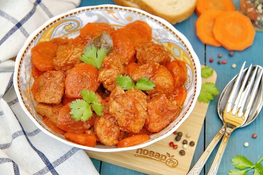 Свинина с морковью в духовке