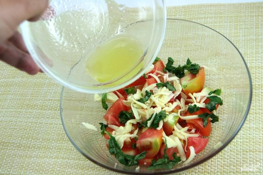 Сушёный базилик смешайте с бальзамическим уксусом и вылейте в салат. Нарубите мелко свежий базилик и перемешайте всё вместе. Ваш салат с моцареллой и помидорами готов.