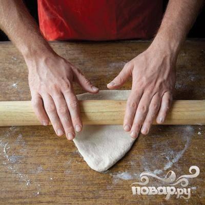 2. Каждый кусок раскатать в треугольник размером 12,5Х20 см и толщиной около 6 мм. Выложить на противень, выстеленный пергаментной бумагой и слегка посыпанный кукурузной мукой.