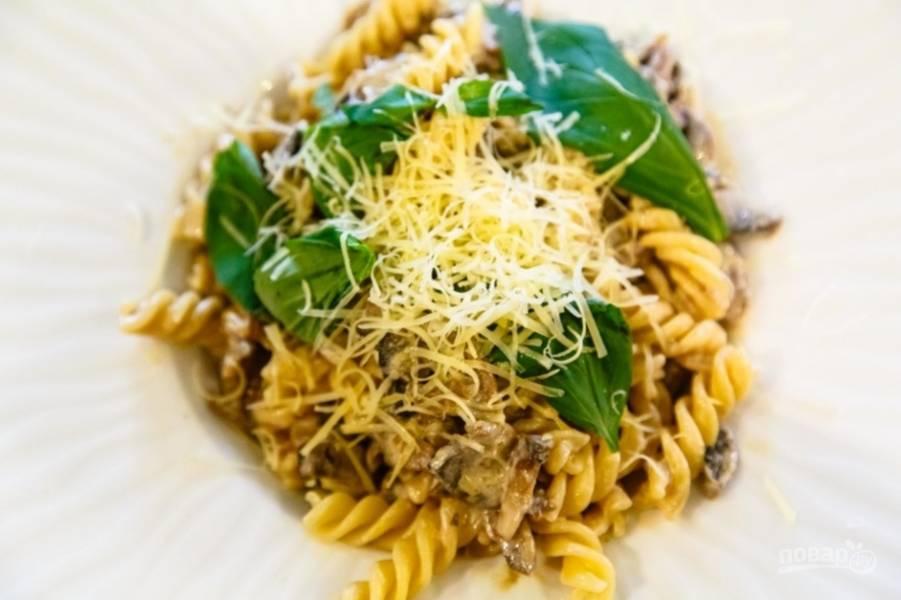 Добавьте к соусу макаронные изделия и натрите сыр. Приятной дегустации!
