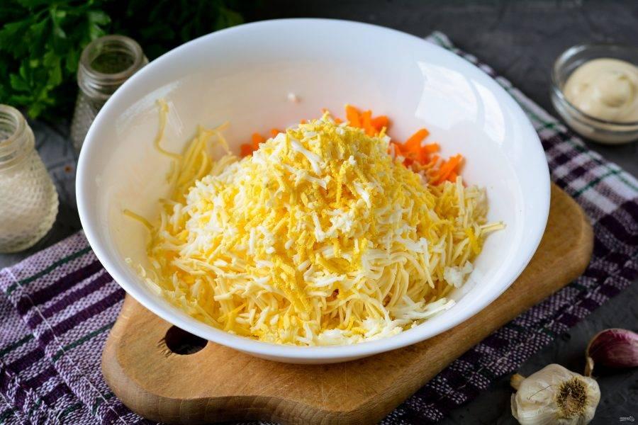 Сварите вкрутую куриные яйца, остудите и почистите от скорлупы. Натрите яйца на терке и добавьте в салат.