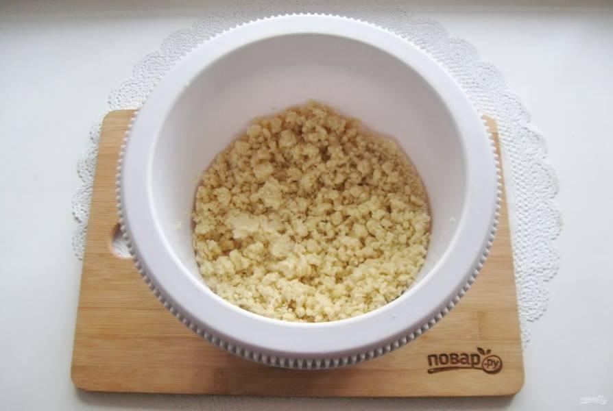 Перемешайте муку с маслом, сахаром и разрыхлителем до состояния крошки. Удобней это сделать миксером.
